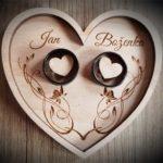 Dřevěný podnos na svatební prstýnky ve tvaru srdce
